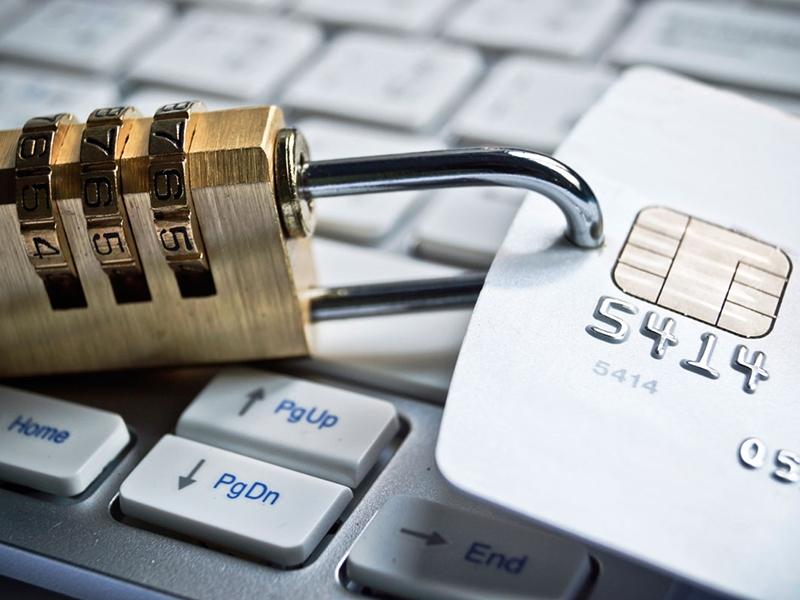 В связи с чем банк может заблокировать счет?