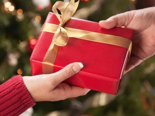 Подарок родственнику за общие деньги семьи