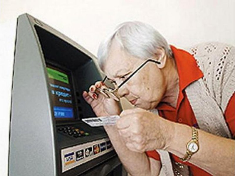 Почему пенсионеры не доверяют пластиковым картам, и как это исправить?