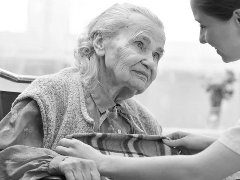 Могу ли я оформить оплачиваемый уход за мамой по достижении ею 80 лет?