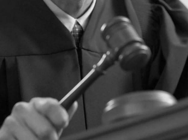 В каких случаях судья в РФ стучит молотком по столу?